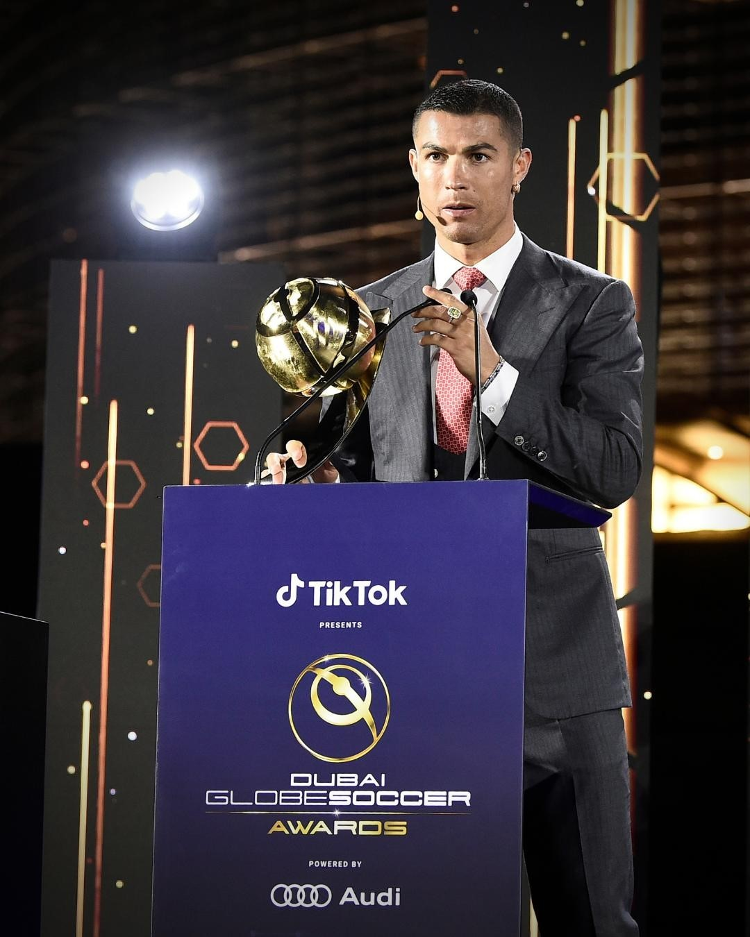 Cristiano Ronaldo, 500 milyon takipçiyle sosyal medyada da tarihe geçti!
