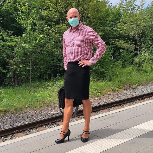 İşe topuklu ayakkabı ve etekle giden adam