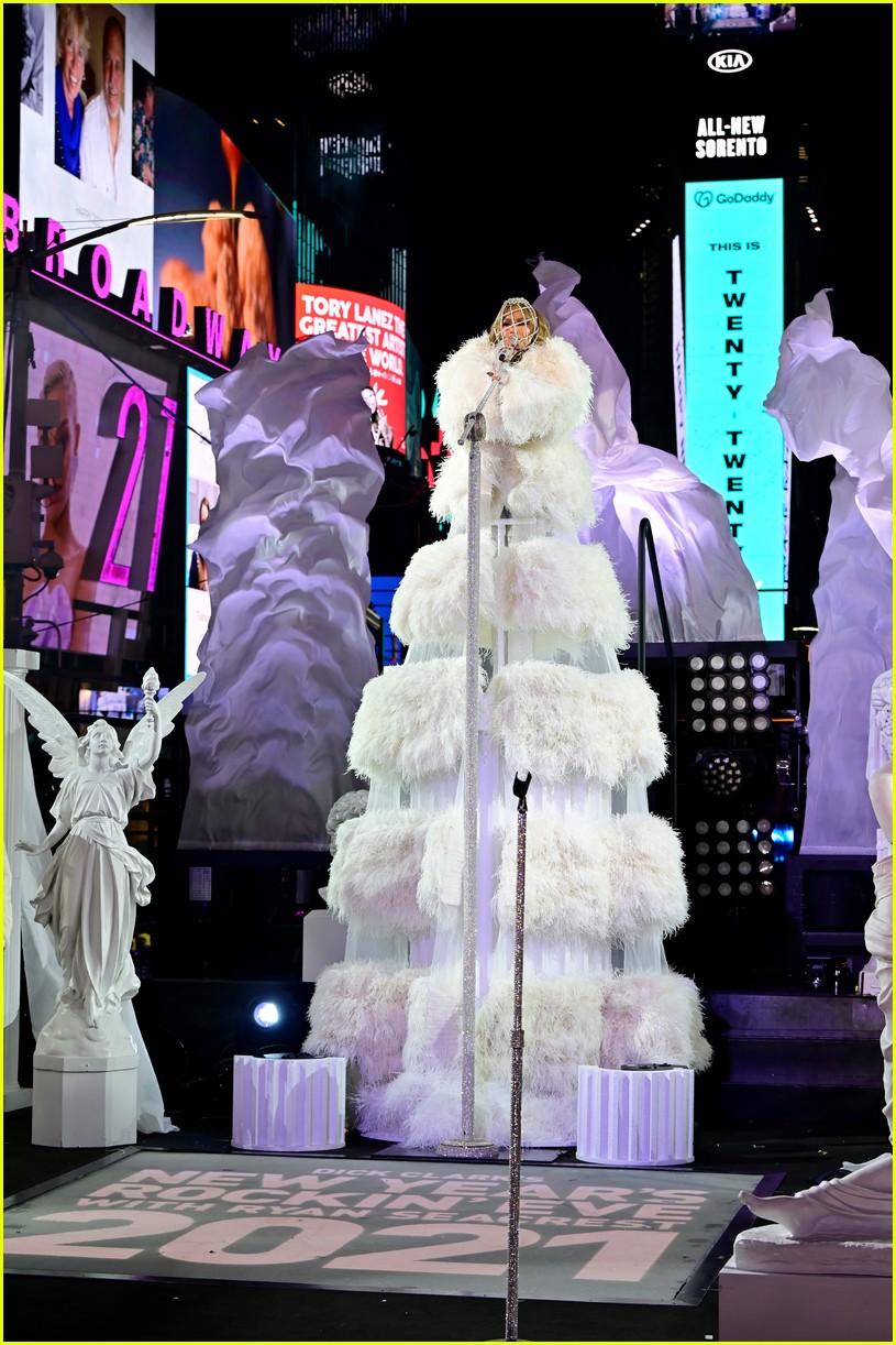 Amerika, 2021'e Jennifer Lopez'le Times Meydanı'nda girdi