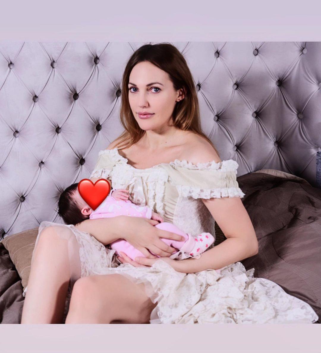 Meryem Uzerli20 günlük kızı Lily Koi ile poz verdi
