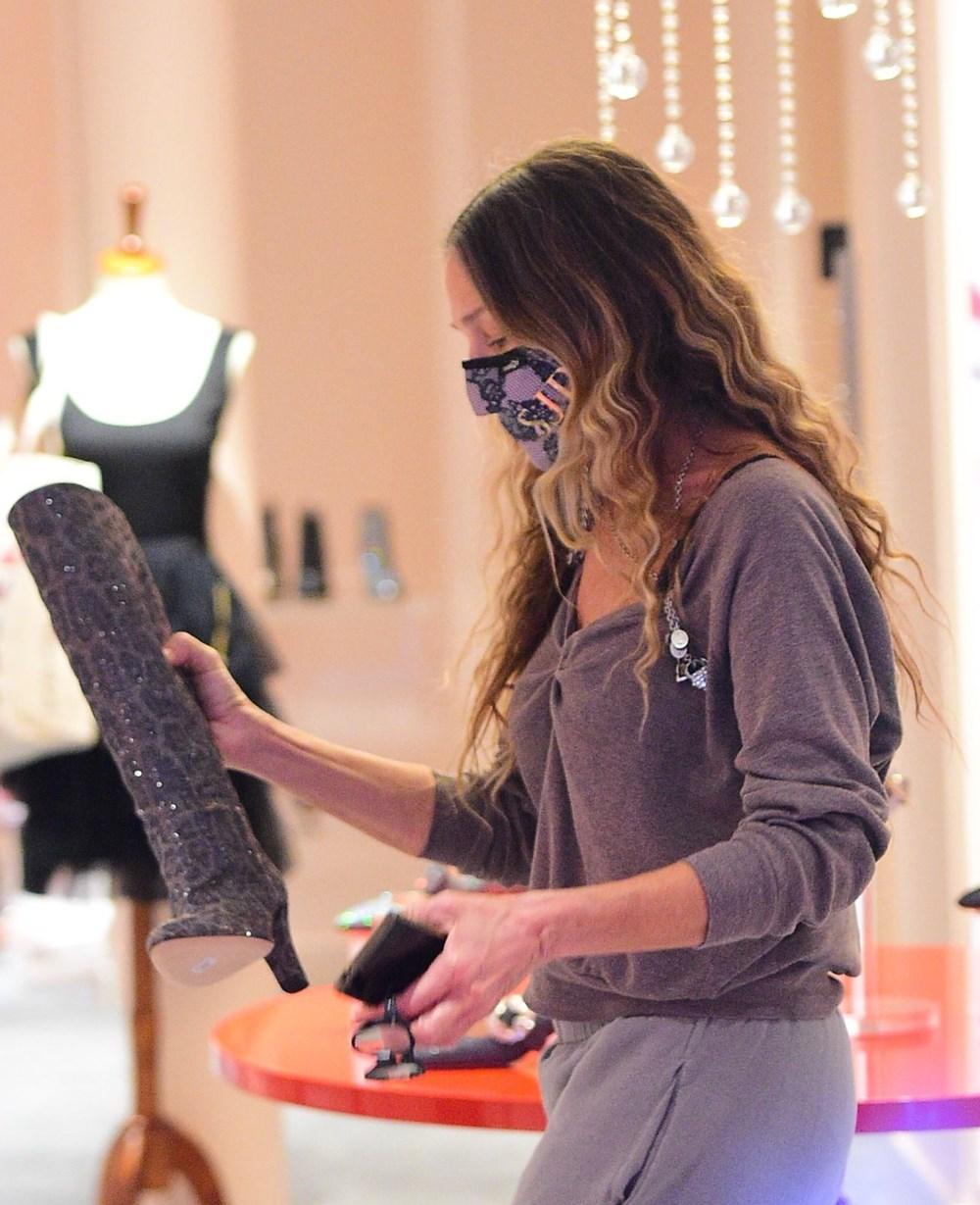 Sarah Jessica Parker, satın aldığı ayakkabı mağazasında çalışıyor