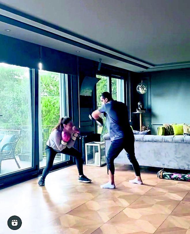 Belçim Bilgin evin salonunda boks dersi alıyor.