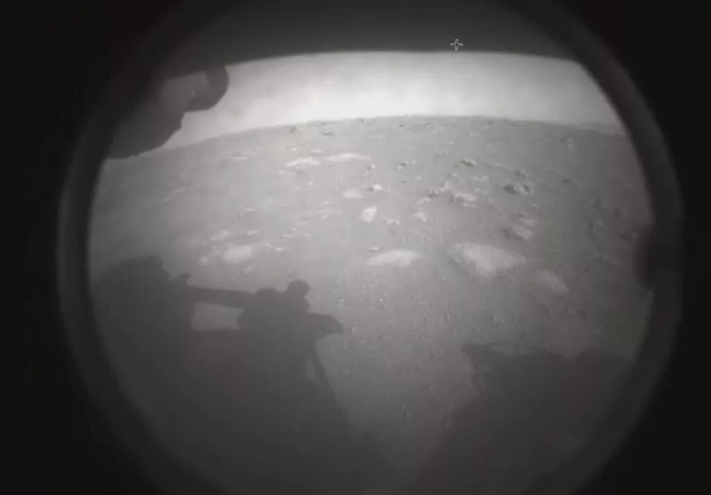 NASA kaşifi Perseverance, Mars'tan ilk görüntüleri gönderdi.