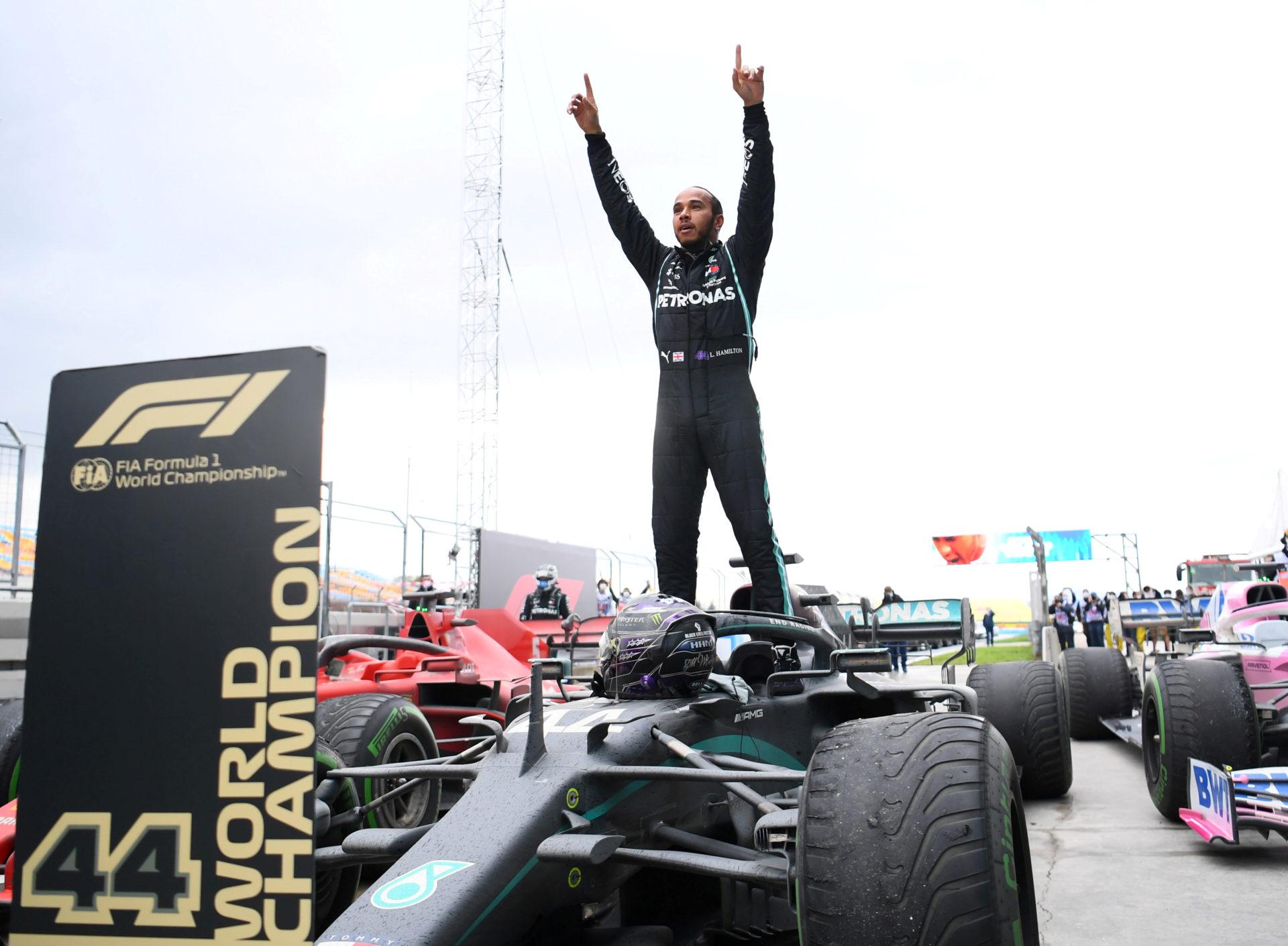 Formula 1'de sezonun ilk yarışını son şampiyon Lewis Hamilton kazandı.