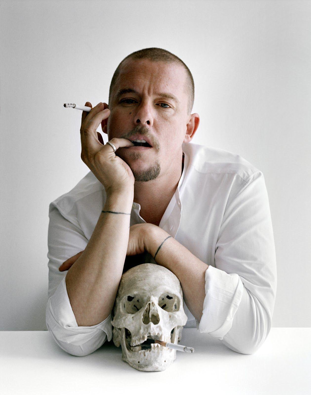 Alexander McQueen gerçek kürk kullanmayı bıraktığını açıkladı.