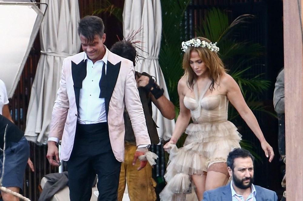 Jennifer Lopez sette gelinlikle kahve molası verdi