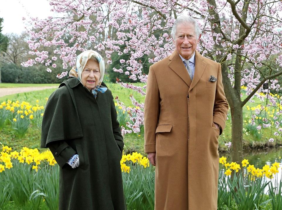 Kraliçe II.Elizabeth ve Prens Charles, Prens Harry'nin eski evinde poz verdi.