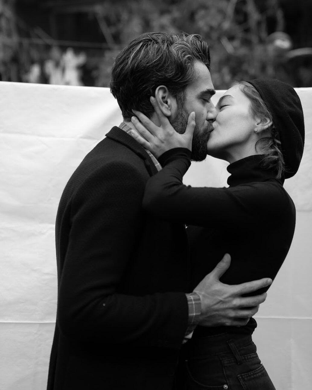 Yayılacaksa 'aşk' yayılsın diyerek öpüştüler.