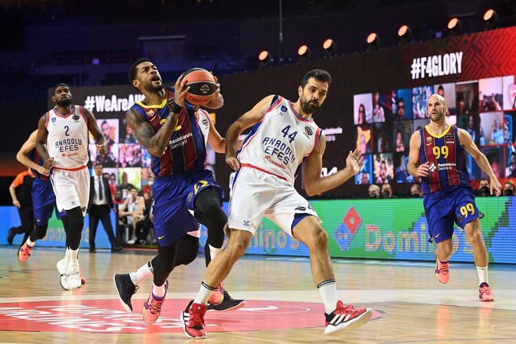 Anadolu Efes, Barcelona'yı 86-81 yenerek THY Euroleague'de şampiyon oldu!