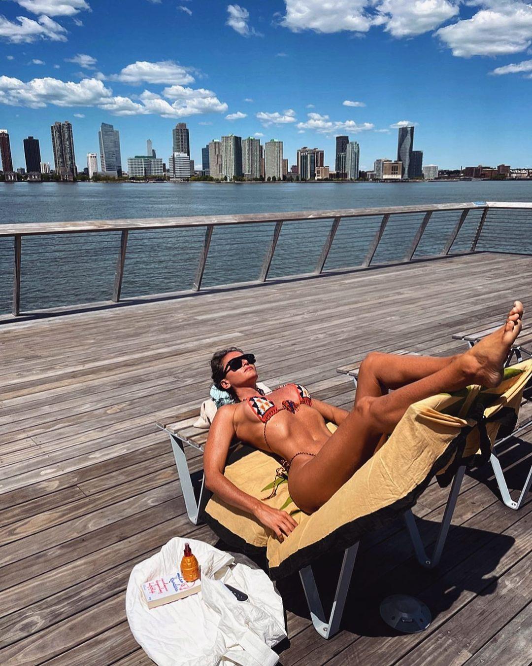 Eda Taşpınar, güneş yağlarını NewYork'ta tanıtıyor. Amazon'da satıyor.