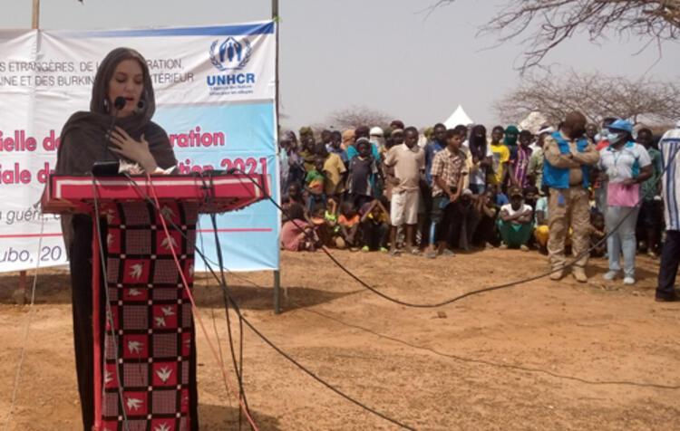 Angelina Jolie mülteci kampını ziyaret etti.