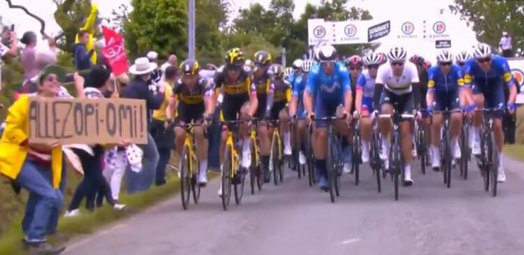 ''Fransa Bisiklet Turu''nda pankart açıp kazaya sebep olan kadını arıyor!
