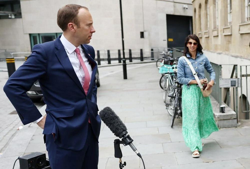 İngiltere Sağlık Bakanı, eşini öpüşürken yakandığı danışmanı için terk etti.