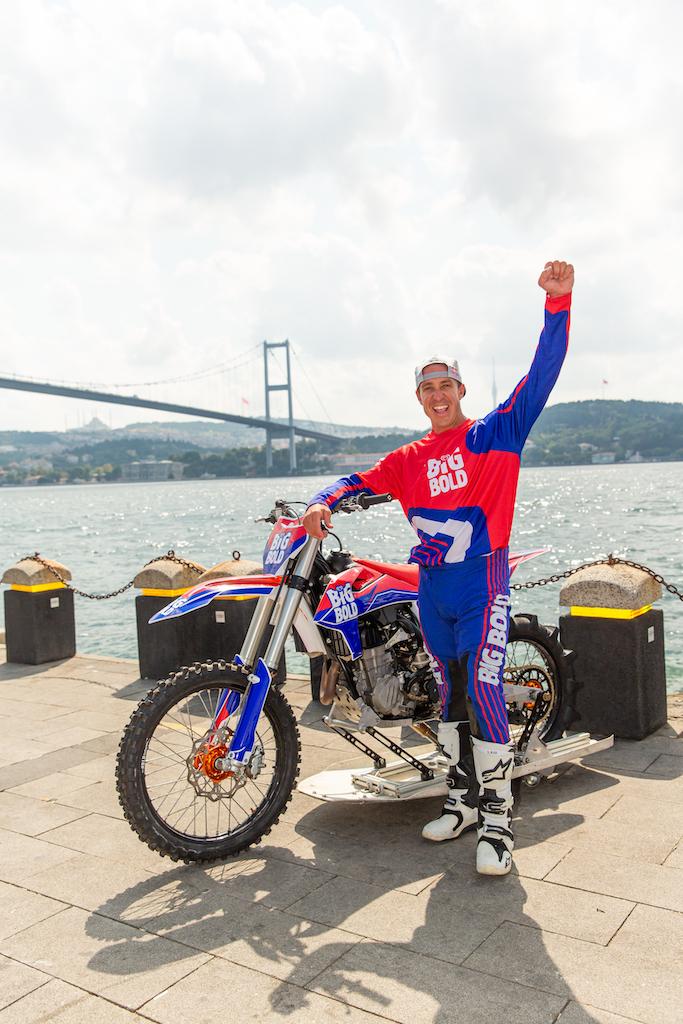 Robbie Maddison, motosikletiyle Avrupa'dan Asya'ya geçti.